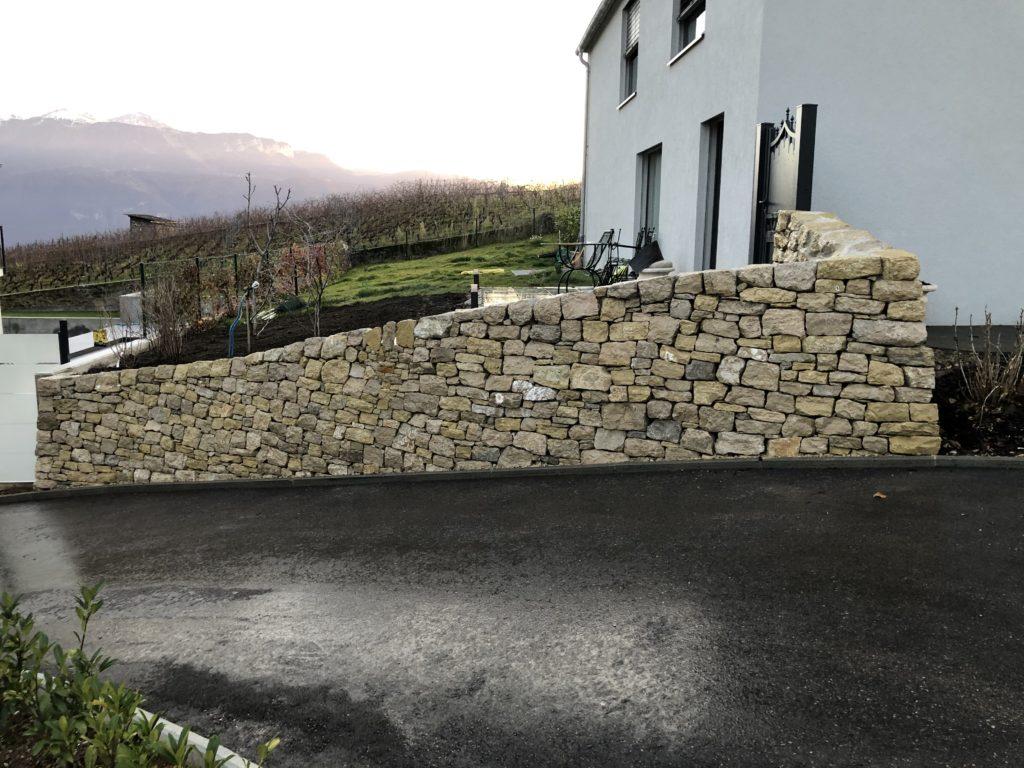 Mur en pierres sèches de soutènement puis double parements en calcaire